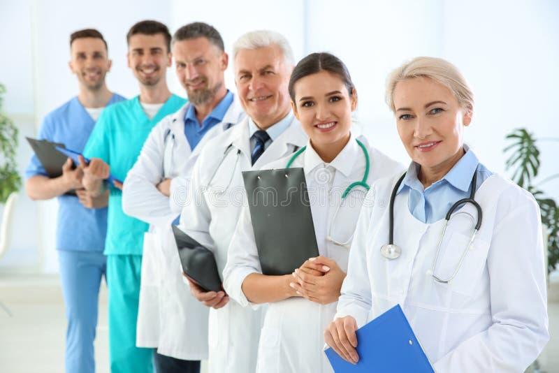 Gruppo di medici in uniforme alla clinica fotografie stock