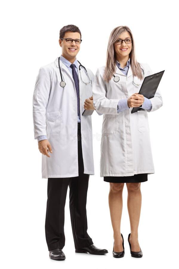 Gruppo di medico maschio e femminile che sorride alla macchina fotografica fotografie stock libere da diritti