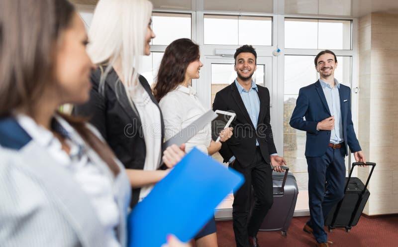 Gruppo di Meeting Business People del receptionist dell'hotel in ingresso immagine stock