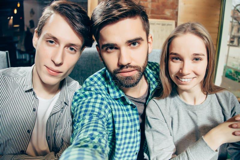 Gruppo di migliori amici allegri felici che fanno selfie immagini stock