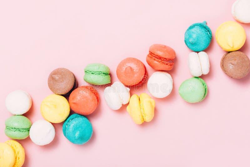 Gruppo di mini macarons variopinti dolci fotografie stock libere da diritti