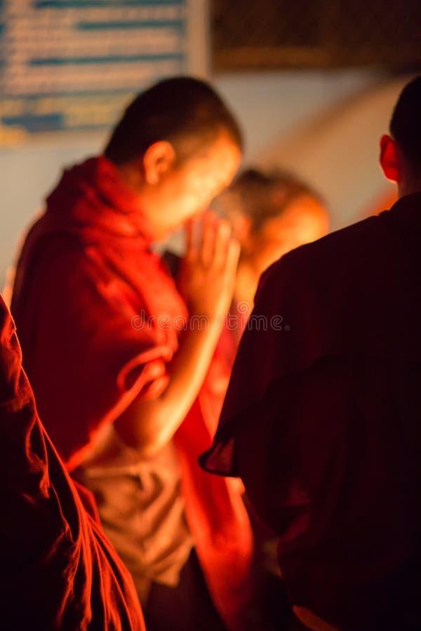 Gruppo di monaci che pregano a Kathmandu immagine stock