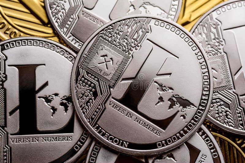 Gruppo di monete d'argento del litecoin, primo piano fotografia stock libera da diritti
