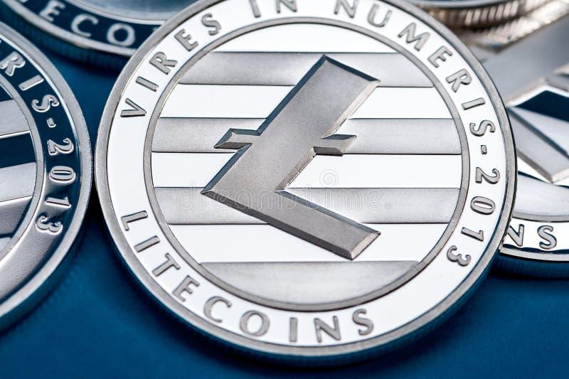 Gruppo di monete d'argento del litecoin, primo piano immagini stock libere da diritti