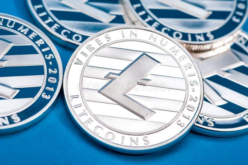 Gruppo di monete d'argento del litecoin, primo piano immagini stock
