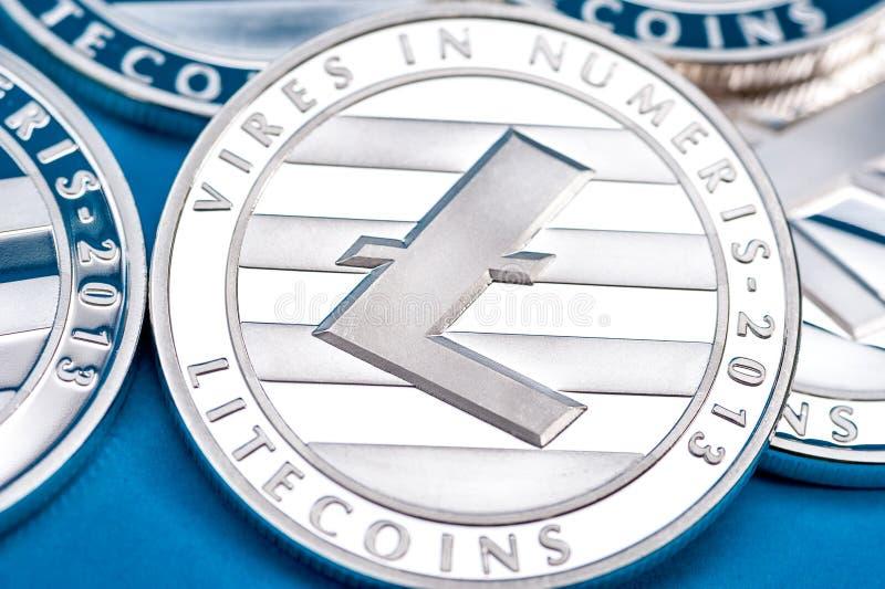 Gruppo di monete d'argento del litecoin, primo piano immagine stock libera da diritti