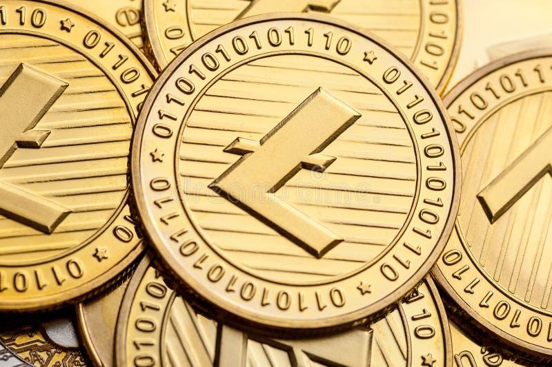 Gruppo di monete dorate del litecoin, primo piano immagine stock