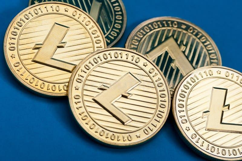 Gruppo di monete dorate del litecoin, primo piano immagini stock libere da diritti