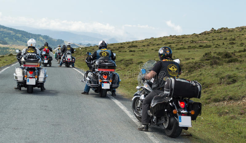 Gruppo di motociclisti che guidano Harley Davidson fotografie stock libere da diritti