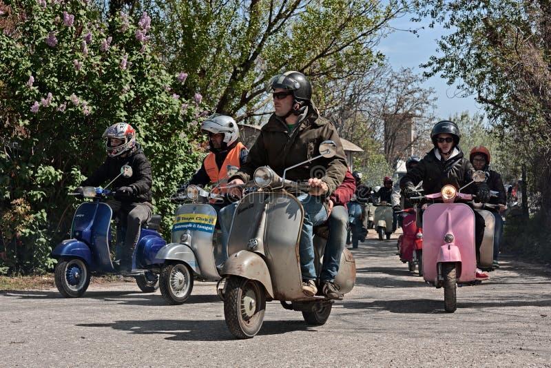 Gruppo di motociclisti che guidano la vespa italiana d'annata e Lambretta dei motorini fotografia stock libera da diritti