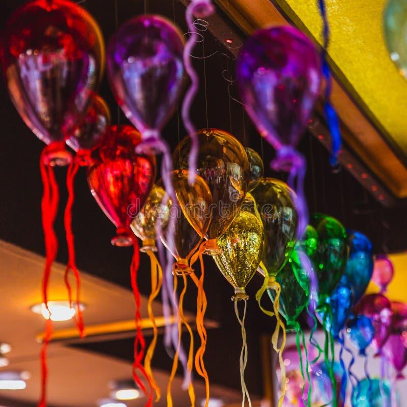 Gruppo di Moulticoloured di palloni di vetro in un negozio di vetro artistico di Venezia, Italia immagine stock libera da diritti