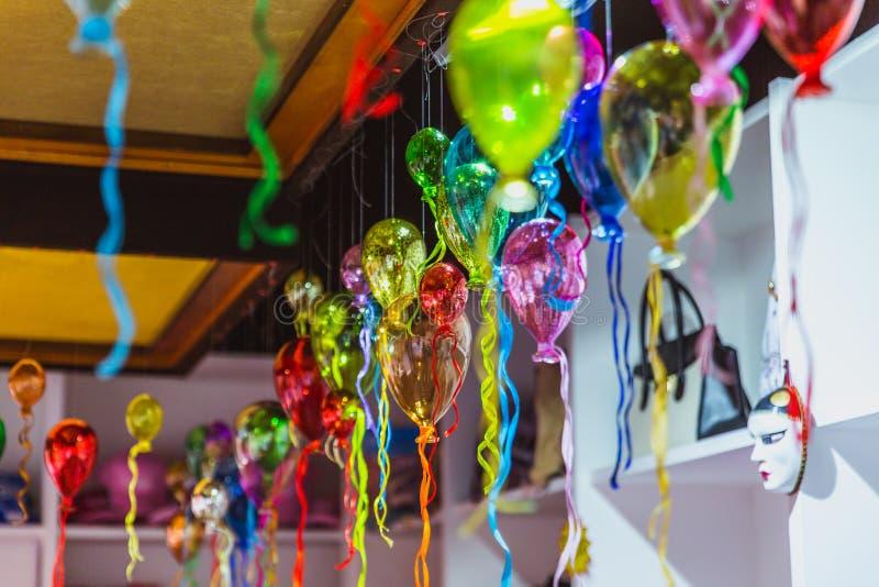 Gruppo di Moulticoloured di palloni di vetro in un negozio di vetro artistico di Venezia, Italia fotografie stock