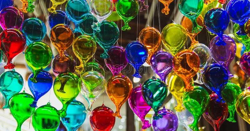 Gruppo di Moulticoloured di palloni di vetro in un negozio di vetro artistico di Venezia, Italia fotografie stock libere da diritti