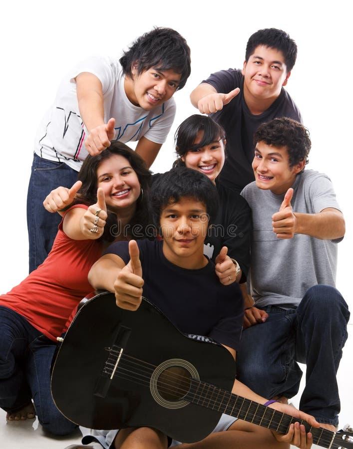 Gruppo di multi adolescenti etnici che propongono insieme immagine stock libera da diritti
