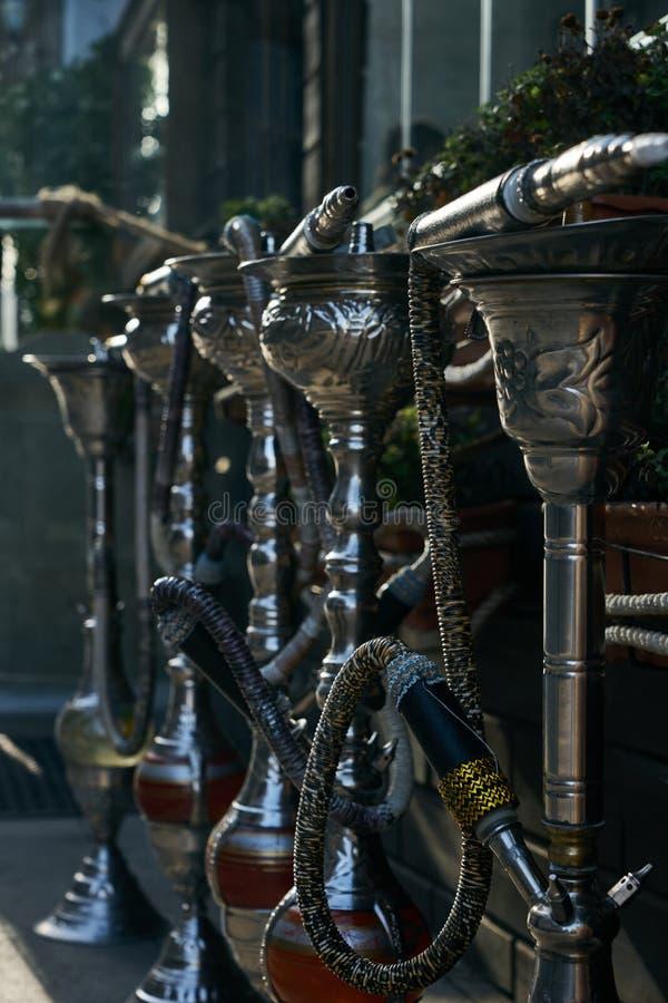 Gruppo di narghilé d'argento orientali sul salotto del narghilé immagine stock libera da diritti