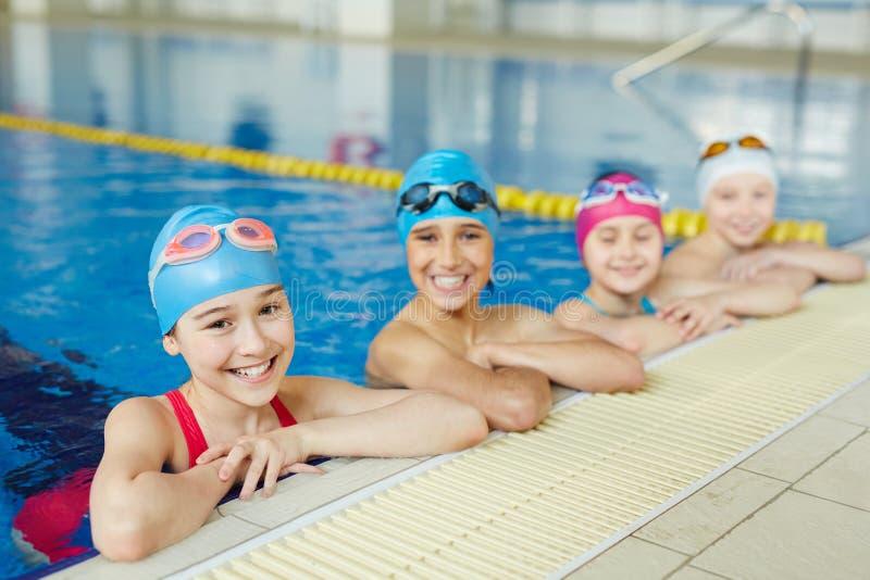 Gruppo di nuoto delle scuole fotografie stock