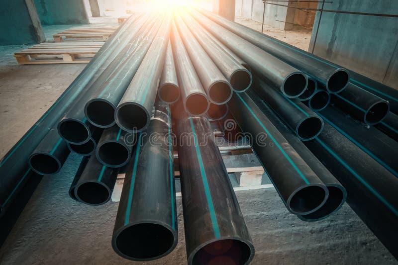 Gruppo di nuovi tubi o tubi di plastica sul cantiere fotografia stock