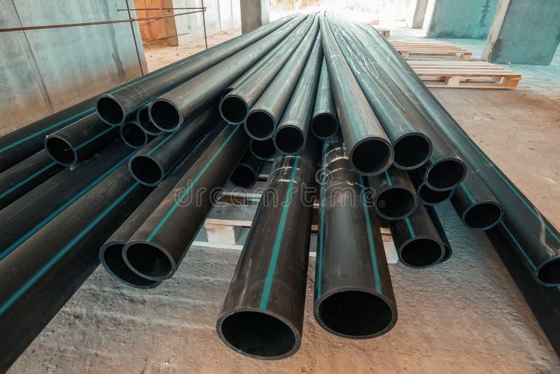 Gruppo di nuovi tubi o tubi di plastica sul cantiere fotografie stock libere da diritti