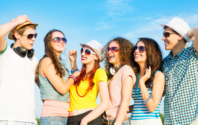 Gruppo di occhiali da sole d'uso e di cappello dei giovani fotografia stock libera da diritti