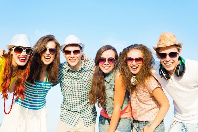Gruppo di occhiali da sole d'uso e di cappello dei giovani fotografia stock