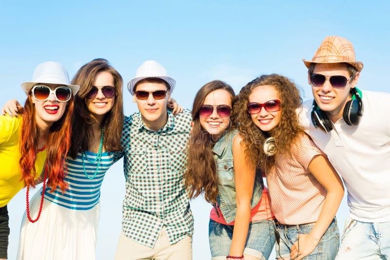 Gruppo di occhiali da sole d'uso e di cappello dei giovani fotografie stock libere da diritti
