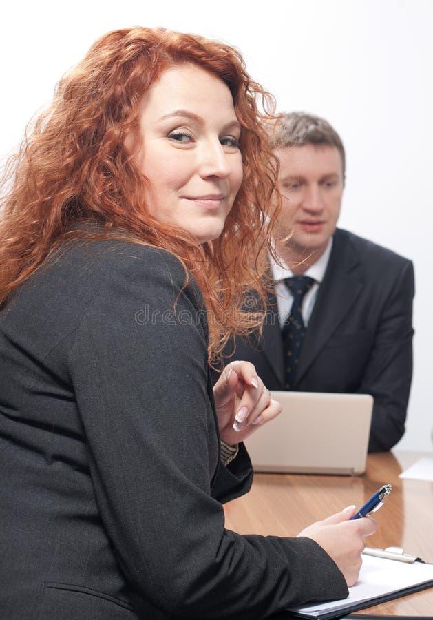 Gruppo di operai sulla riunione immagini stock