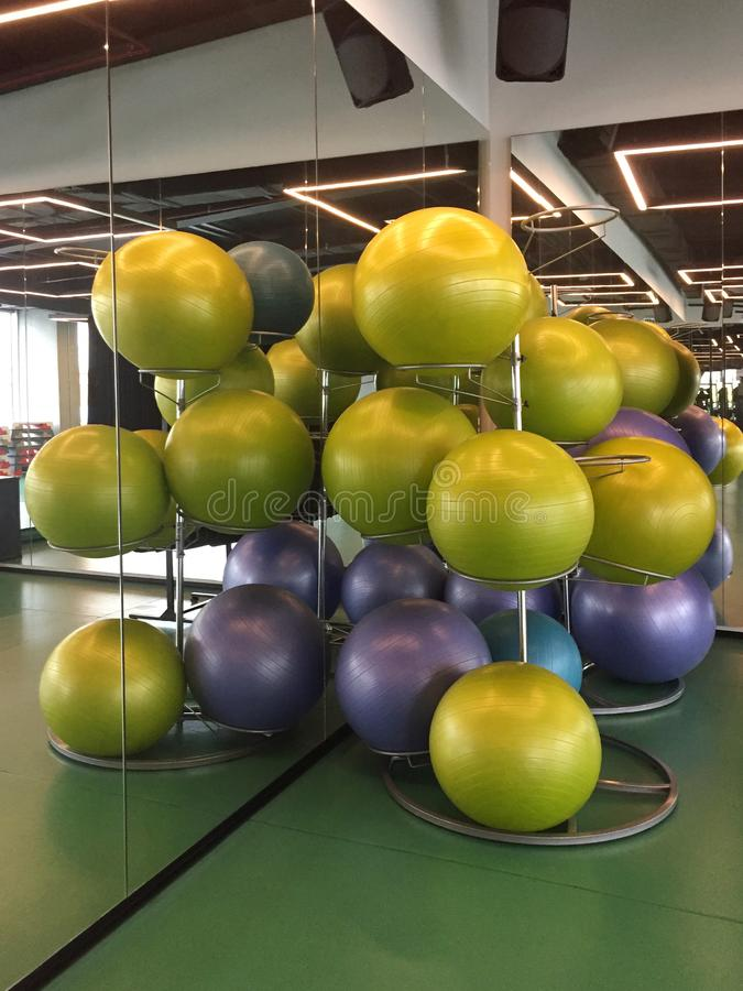 Gruppo di palle di forma fisica nella classe di esercizio fotografia stock libera da diritti