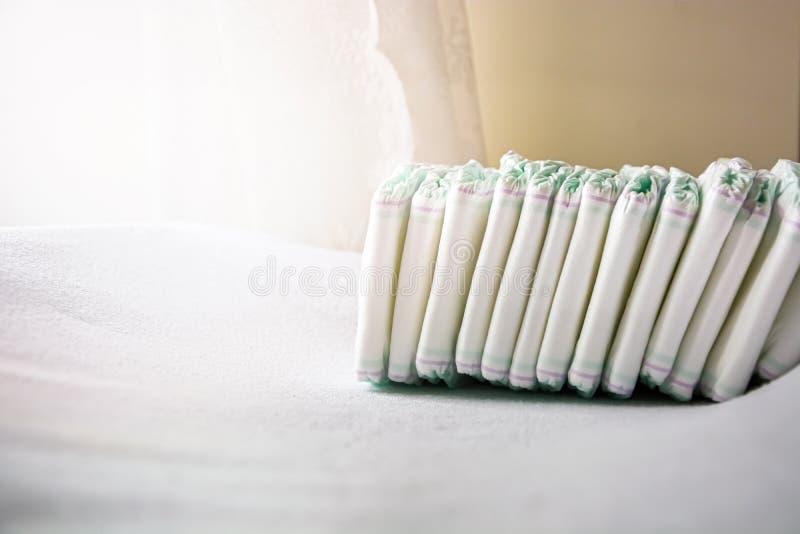 Gruppo di pannolini eliminabili sistemati sopra una tavola cambiante bianca immagini stock libere da diritti