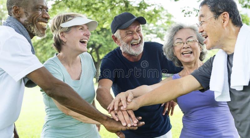 Gruppo di pensionamento senior che esercita concetto di unità fotografia stock