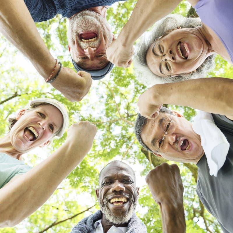Gruppo di pensionamento senior che esercita concetto di unità fotografia stock libera da diritti