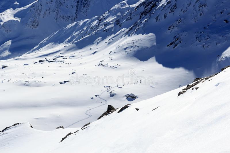 Gruppo di persone alpinismo dello sci e panorama della neve della montagna nelle alpi di Stubai fotografia stock