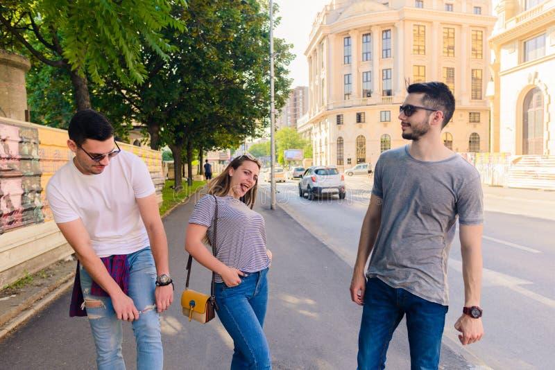 gruppo di persone che camminano insieme esterno immagine stock libera da diritti
