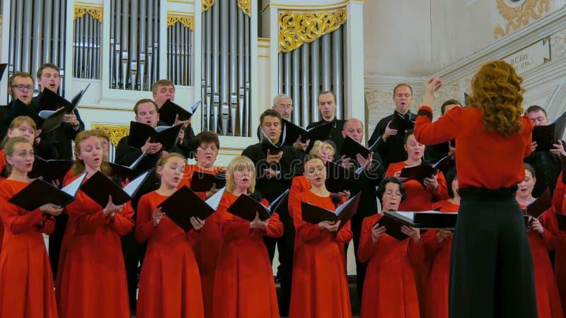 Gruppo di persone che cantano nel coro fotografia stock libera da diritti