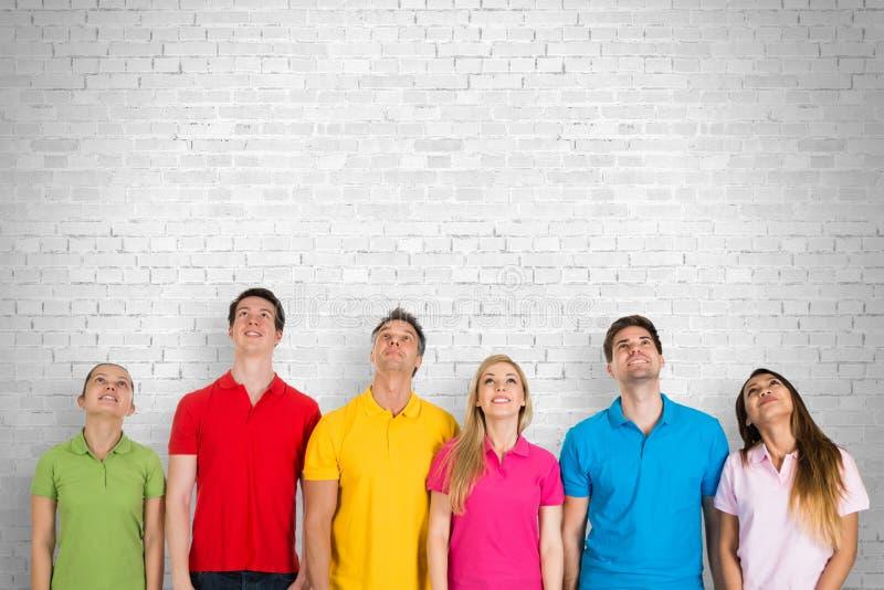 Gruppo di persone che osservano in su fotografia stock