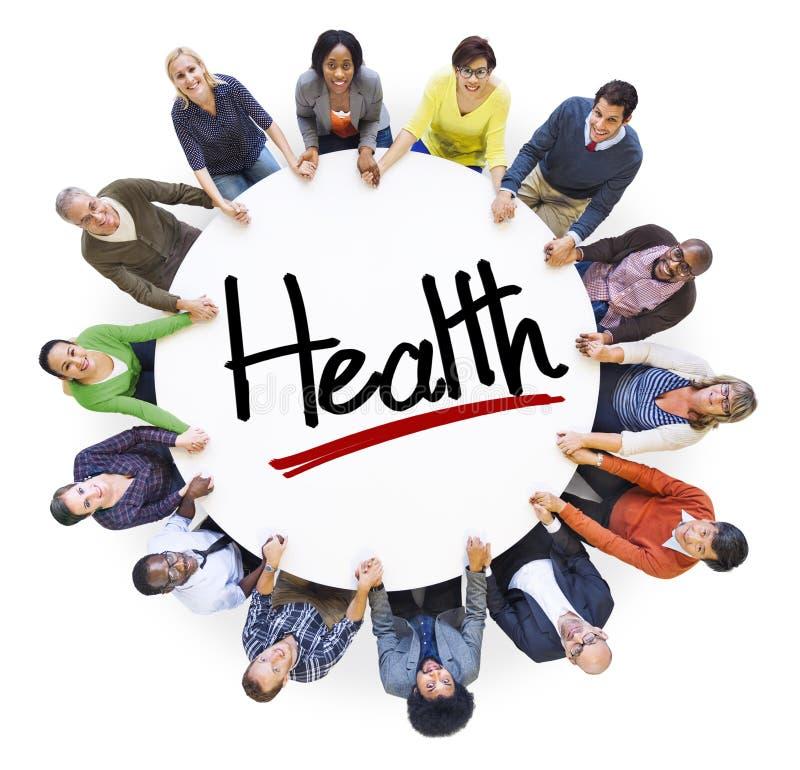 Gruppo di persone che si tengono per mano intorno alla salute della lettera fotografie stock libere da diritti
