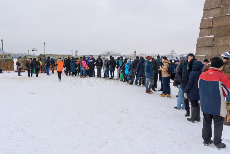 Gruppo di persone che stanno nel Ghiaccio-foro della coda per il bagno nell'acqua fredda il giorno di epifania St Petersburg La R fotografie stock