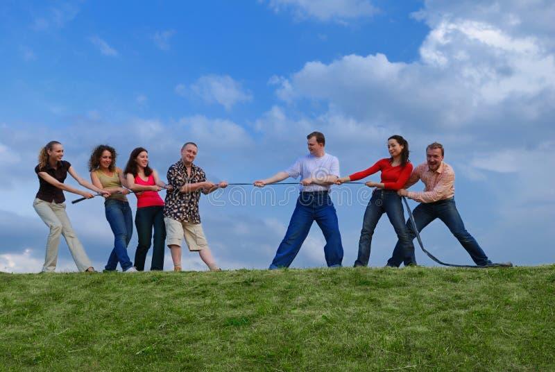 Gruppo di persone che tirano la corda fotografie stock