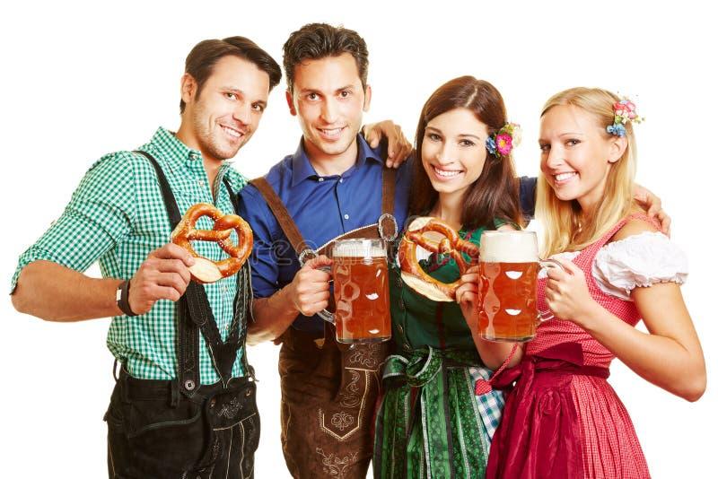 Gruppo di persone con birra immagine stock