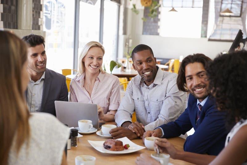 Gruppo di persone di affari che hanno riunione in caffetteria fotografie stock