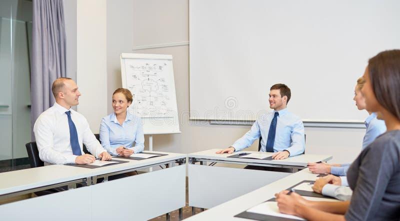 Gruppo di persone di affari sorridenti che si incontrano nell'ufficio immagini stock