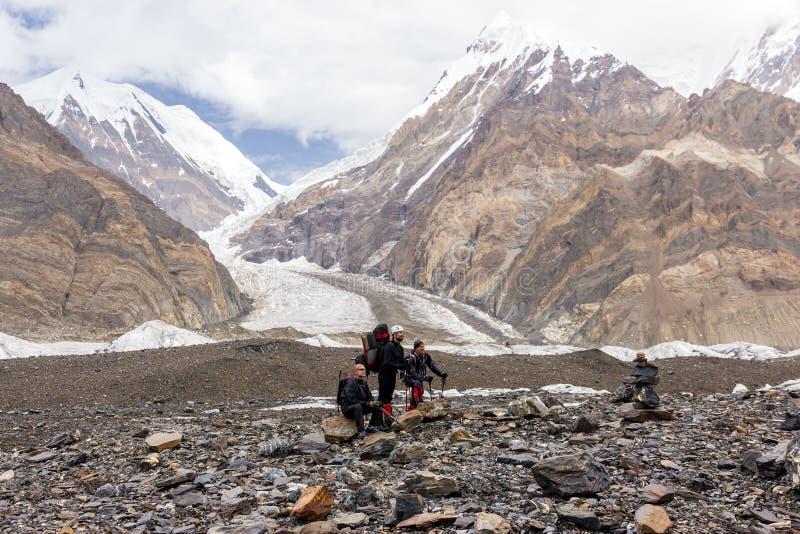 Gruppo di persone di riposo in montagne immagine stock