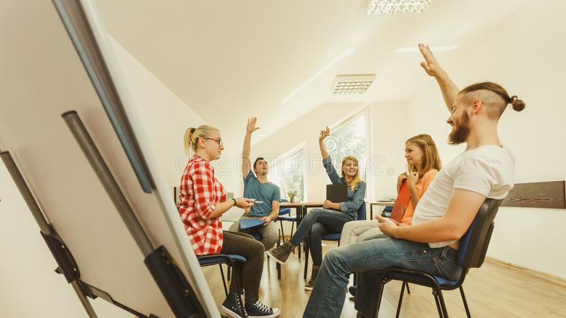 Download Gruppo Di Persone Gli Studenti Che Lavorano Insieme Fotografia Stock - Immagine di ethnicity, comunicazione: 117980222