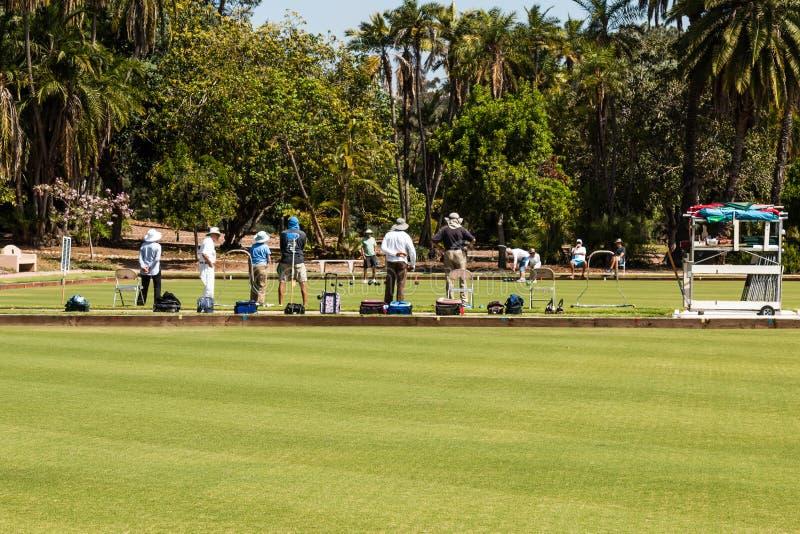 Gruppo di persone il bowling di prato inglese del gioco nel parco della balboa fotografia stock