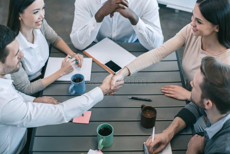 Gruppo di persone il concetto del lavoro di gruppo di riunione d'affari immagini stock libere da diritti