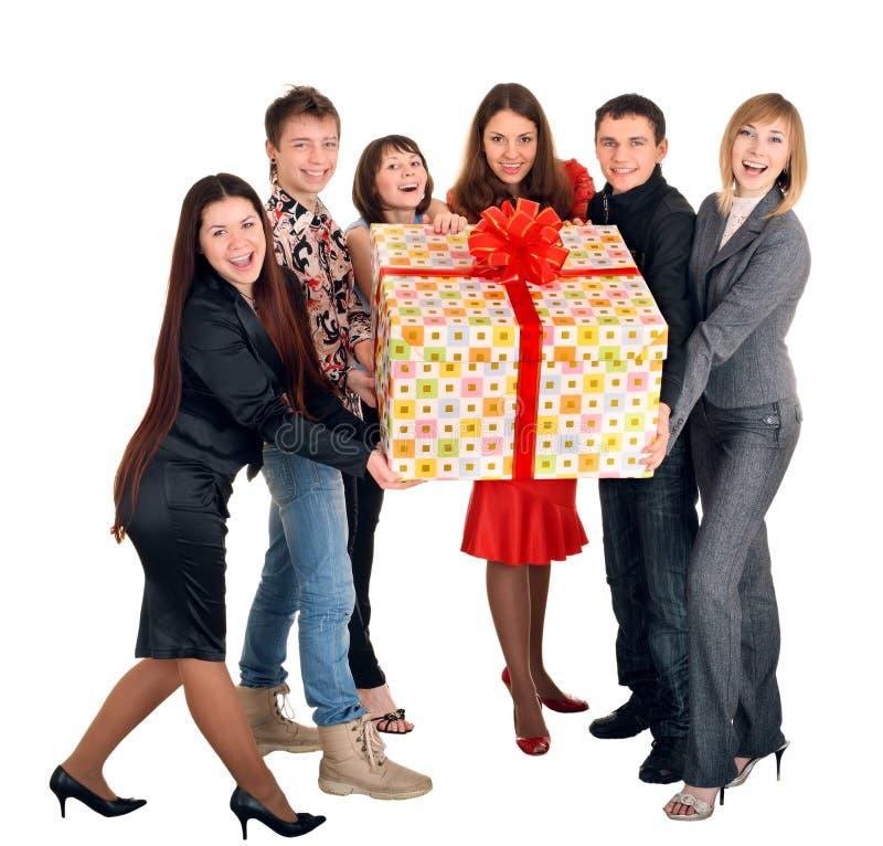 Gruppo di persone la casella di regalo e. immagini stock libere da diritti