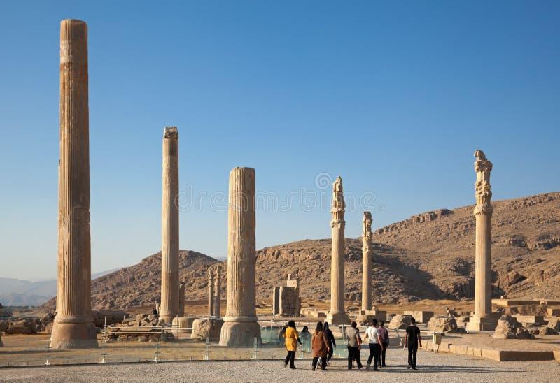 Gruppo di persone le rovine di visita del palazzo di Apadana nel sito archeologico di Persepolis di Shiraz fotografie stock libere da diritti