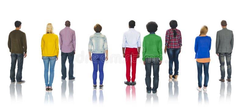 Gruppo di persone multietnico che stanno concetto di retrovisione fotografia stock