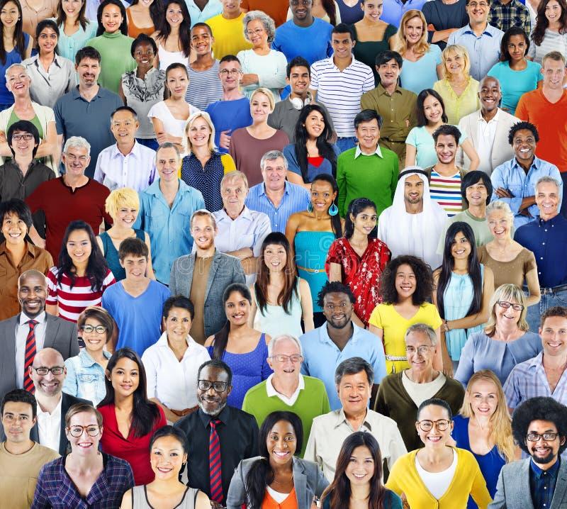 Gruppo di persone multietnico con l'attrezzatura variopinta fotografia stock