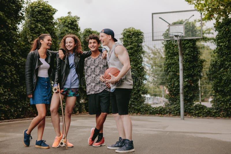 Gruppo di persone multirazziale sul campo da pallacanestro fotografia stock
