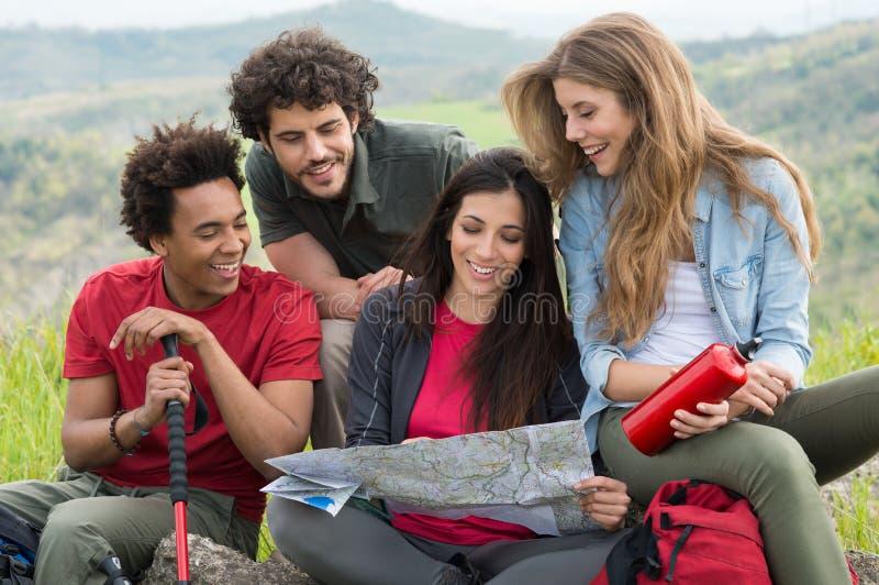 Gruppo di persone sul viaggio di campeggio immagini stock